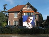 De villa van 538 werd versiert met een hele grote poster
