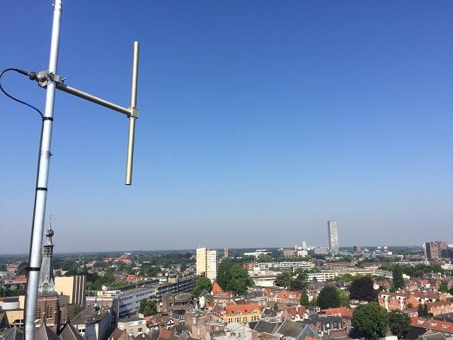 De zendmast van Kermis FM op het stadhuis in Tilburg.
