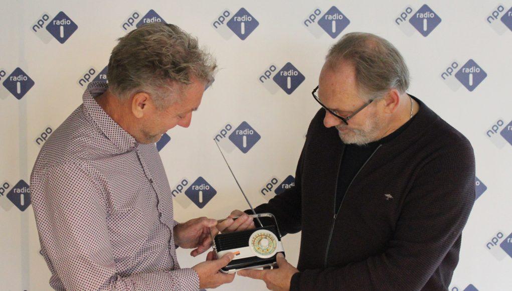 Hans van Raaij en Laurens Borst met de RadioFreak Award voor Beste vormgeving NPO Radio 1