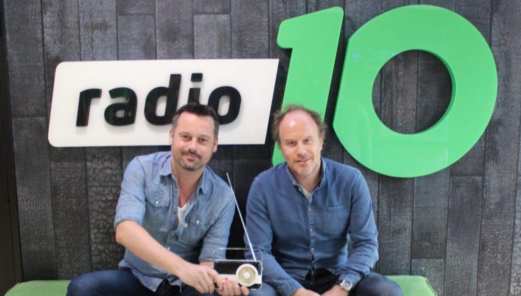 Ronald Snoeijer en Dennis Kuzee van Radio 10 met de RadioFreak Award