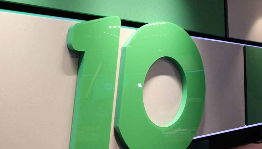 Logo van Radio 10 aan de muur