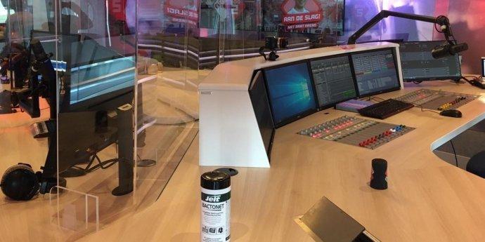 Scherm tegen corona in het NPO Radiohuis
