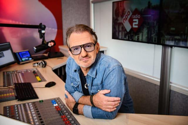 Jeroen van Inkel in de studio van NPO Radio 2